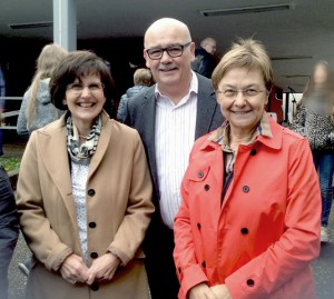 v.l.n.r.: Rita Müller (Schulleiterin), Frank Dennert (CDU-Fraktion), Gisela Rink, MdL