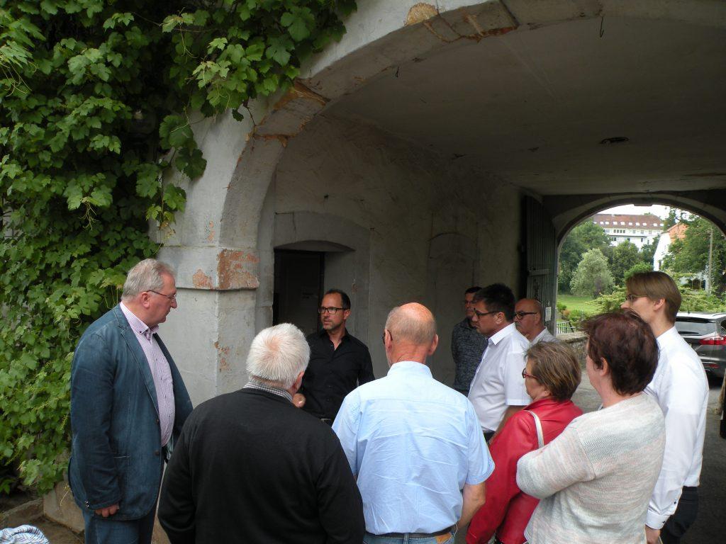 Daniel Albert führt durch das Jagdschloss Karlsbrunn