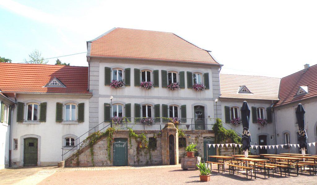 Jagdschloss Karlsbrunn, Innenhof