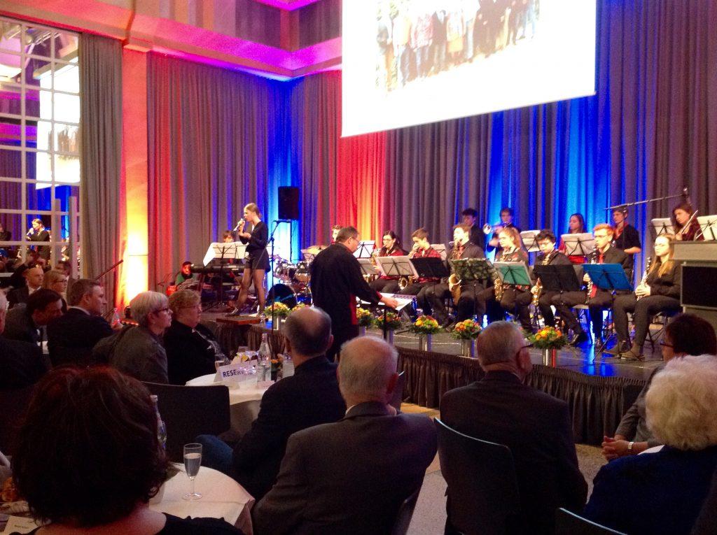 """""""Blue Date"""", Schüler-Bigband des Gymnasiums am Schloss mit Leiter Matthias Ernst"""